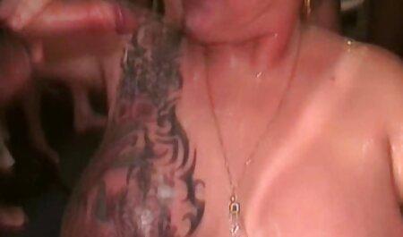 Desvergonzada chica rusa videos de maduras caseros levantó su falda delante de un vecino y follar en el sofá
