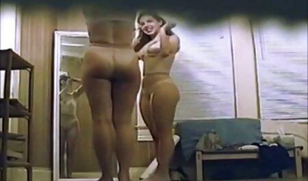 Dos maduras caseras reales stripper lamiéndose unos a otros en el podio