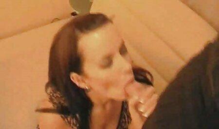 Una joven rubia se maduras españolas casero masturba y acaricia una polla estimulante con su mano, se corre en sus tetas