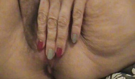 Old MILF svetanula su coño peludo a través de videos de caseros de maduras bragas y pantimedias