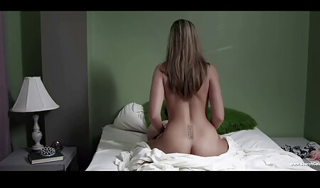 Una joven modelo porno despierta a un hombre con un coño, lo toca mojado y pide videos caseros de veteranas una cogida