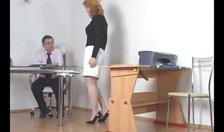 Joven modelo porno vestida con una falda apretada en su cuerpo desnudo videos xxx caseros de señoras y toma una polla en el culo