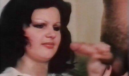 Sexy estrella del porno en videos de maduras reales la falda apretada