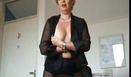 Una madura anfitriona atrapado videos caseros de maduras gratis inquilinos acostado sobre la mesa y saltando sobre su pene