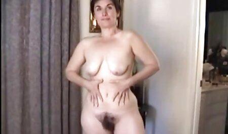 Una mujer madura que comparte el coño de un joven vecino con sus videos caseros maduras follando fans y organiza una orgía