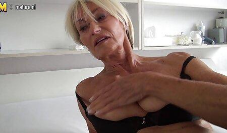 Caliente marido y videos caseros de maduras con jovenes esposa son maduro esposa masturbación con la mano en coche