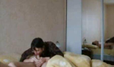 Sexy maduras caseras reales poco asiático chica putting su culo bajo la faucet