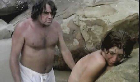 El chico videos x caseros maduras audazmente en la habitación con mujeres desnudas
